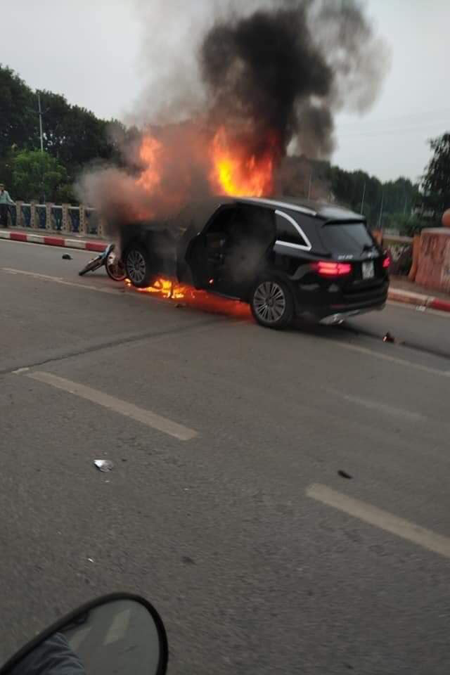 Mercedes GLC 250 bốc cháy kinh hoàng sau va chạm liên hoàn khiến 1 phụ nữ tử vong, giao thông ùn tắc nghiêm trọng-2