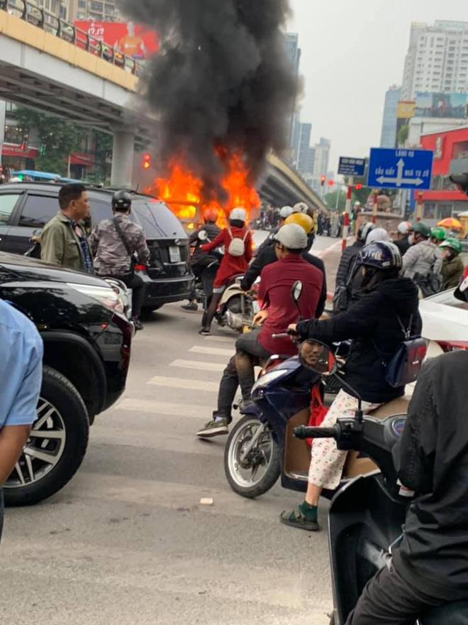 Mercedes GLC 250 bốc cháy kinh hoàng sau va chạm liên hoàn khiến 1 phụ nữ tử vong, giao thông ùn tắc nghiêm trọng-3
