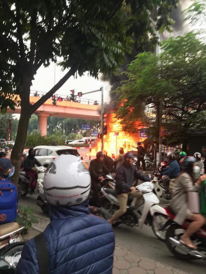 Mercedes GLC 250 bốc cháy kinh hoàng sau va chạm liên hoàn khiến 1 phụ nữ tử vong, giao thông ùn tắc nghiêm trọng-4