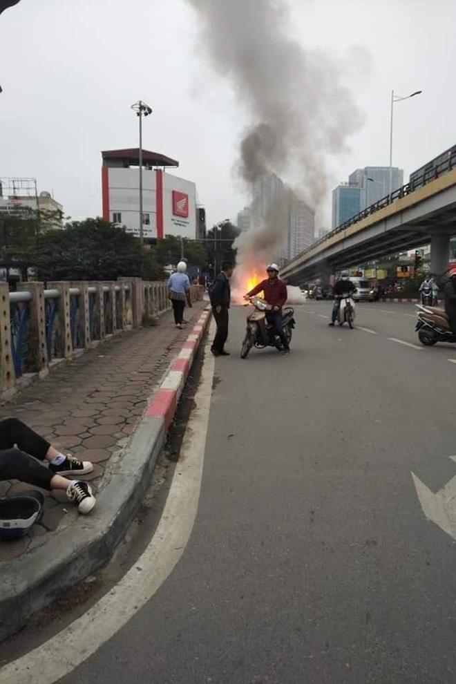 Mercedes GLC 250 bốc cháy kinh hoàng sau va chạm liên hoàn khiến 1 phụ nữ tử vong, giao thông ùn tắc nghiêm trọng-5