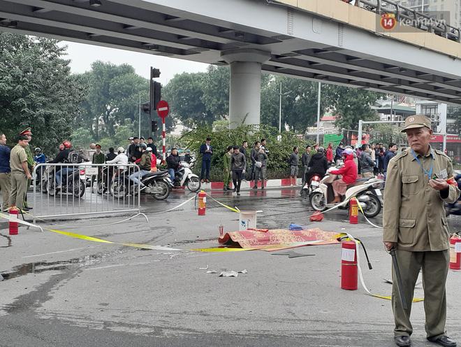 Mercedes GLC 250 bốc cháy kinh hoàng sau va chạm liên hoàn khiến 1 phụ nữ tử vong, giao thông ùn tắc nghiêm trọng-11