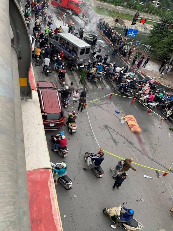 Mercedes GLC 250 bốc cháy kinh hoàng sau va chạm liên hoàn khiến 1 phụ nữ tử vong, giao thông ùn tắc nghiêm trọng-12