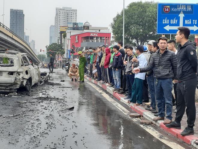 Mercedes GLC 250 bốc cháy kinh hoàng sau va chạm liên hoàn khiến 1 phụ nữ tử vong, giao thông ùn tắc nghiêm trọng-8