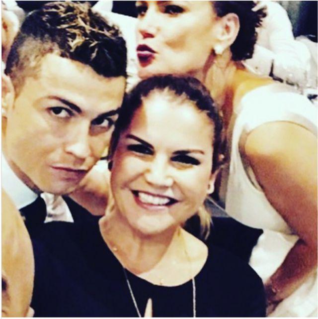 Bị HLV Juventus ghẻ lạnh, C.Ronaldo được hai chị gái xinh đẹp bênh vực-2