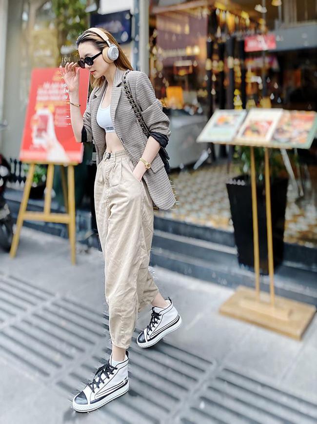 Street style sao Việt: Phạm Quỳnh Anh ăn vận như teen girl, HH Thu Thảo diện váy thùng thình cứ như đang bầu tập 2-12