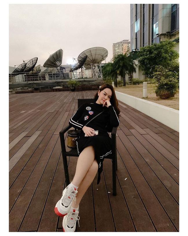 Street style sao Việt: Phạm Quỳnh Anh ăn vận như teen girl, HH Thu Thảo diện váy thùng thình cứ như đang bầu tập 2-2