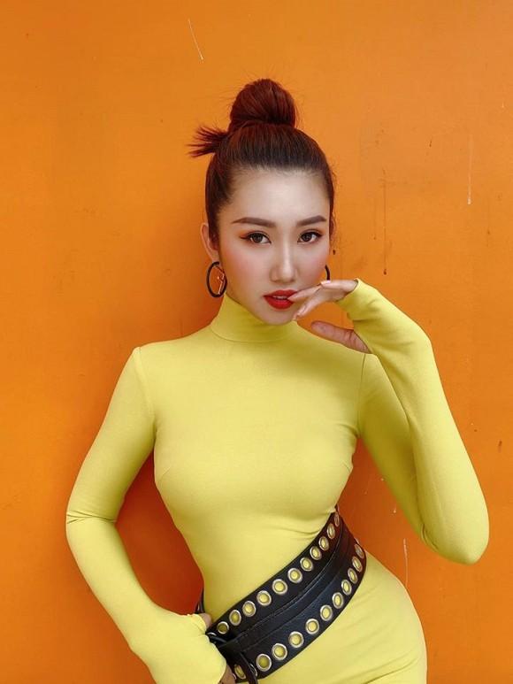 Kín đáo là vậy nhưng Hân Hoa hậu vẫn vô cùng nóng bỏng với trang phục này-3