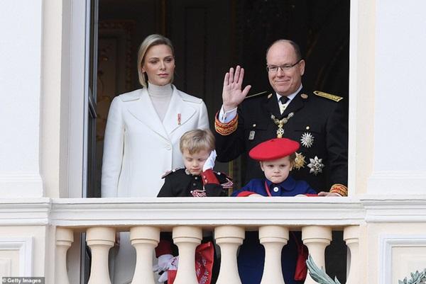 Nàng dâu hoàng gia gốc Việt lần đầu xuất hiện cùng gia đình nhà chồng Monaco: Ăn mặc gợi cảm nhưng có phần lạc lõng-1