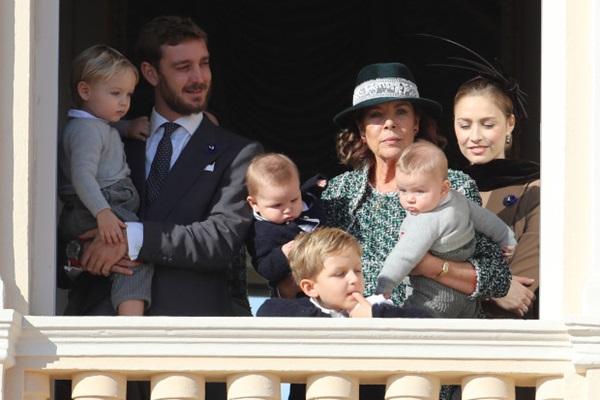 Nàng dâu hoàng gia gốc Việt lần đầu xuất hiện cùng gia đình nhà chồng Monaco: Ăn mặc gợi cảm nhưng có phần lạc lõng-2