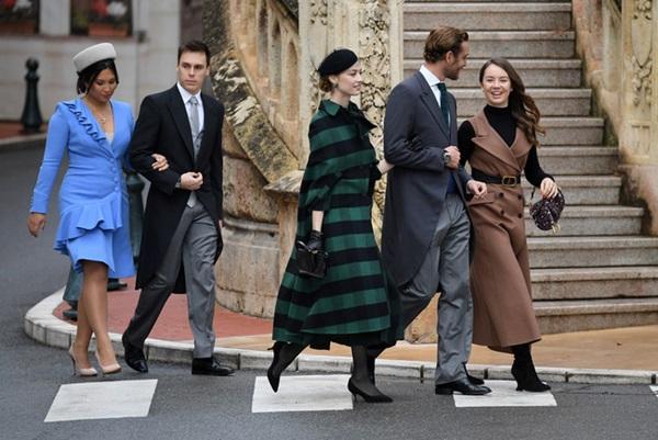 Nàng dâu hoàng gia gốc Việt lần đầu xuất hiện cùng gia đình nhà chồng Monaco: Ăn mặc gợi cảm nhưng có phần lạc lõng-5