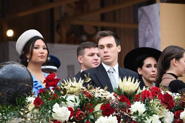 Nàng dâu hoàng gia gốc Việt lần đầu xuất hiện cùng gia đình nhà chồng Monaco: Ăn mặc gợi cảm nhưng có phần lạc lõng-6
