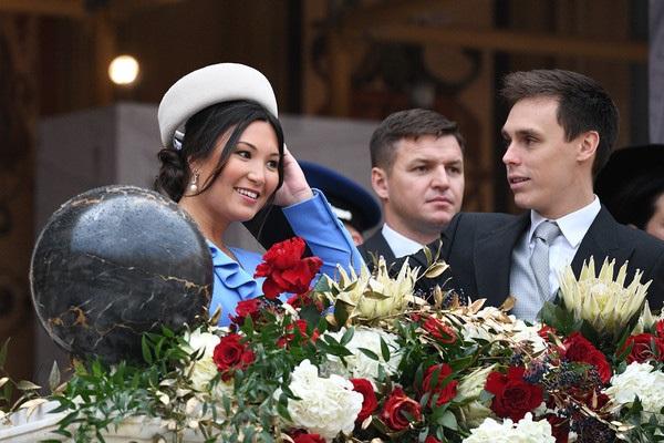 Nàng dâu hoàng gia gốc Việt lần đầu xuất hiện cùng gia đình nhà chồng Monaco: Ăn mặc gợi cảm nhưng có phần lạc lõng-7