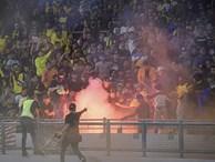 CĐV Malaysia và Indonesia gây bạo loạn ở vòng loại World Cup 2022: Ném pháo sáng và bom khói vào nhau, một người bị đâm trọng thương
