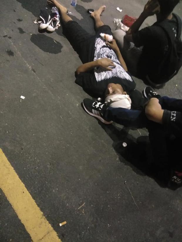 CĐV Malaysia và Indonesia gây bạo loạn ở vòng loại World Cup 2022: Ném pháo sáng và bom khói vào nhau, một người bị đâm trọng thương-3