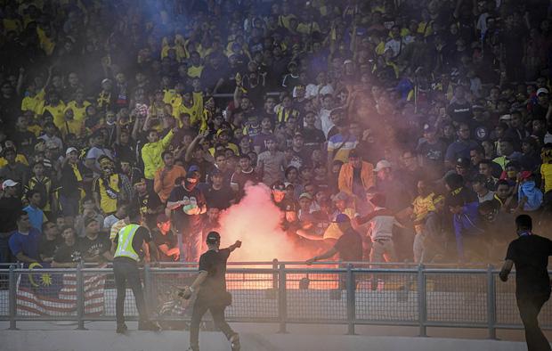 CĐV Malaysia và Indonesia gây bạo loạn ở vòng loại World Cup 2022: Ném pháo sáng và bom khói vào nhau, một người bị đâm trọng thương-1