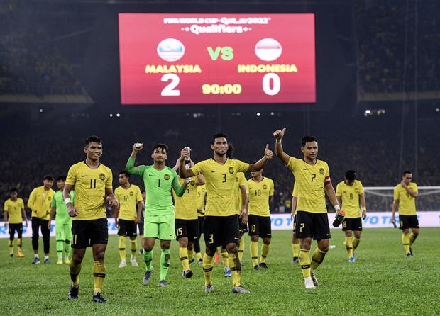 CĐV Malaysia và Indonesia gây bạo loạn ở vòng loại World Cup 2022: Ném pháo sáng và bom khói vào nhau, một người bị đâm trọng thương-5
