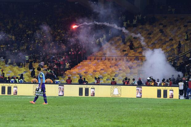 CĐV Malaysia và Indonesia gây bạo loạn ở vòng loại World Cup 2022: Ném pháo sáng và bom khói vào nhau, một người bị đâm trọng thương-2