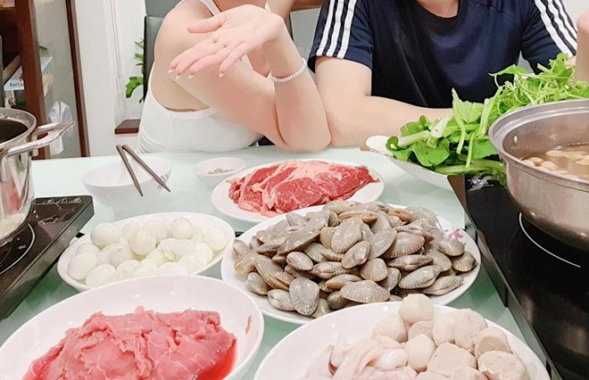 Vừa trăng mật về, vợ chồng Đông Nhi được bố mẹ khao tiệc, ai cũng hô to 1 món ăn-4