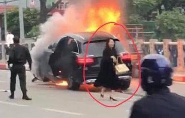 Nữ tài xế Mercedes khai do đi giày cao gót lại mất bình tĩnh nên đạp nhầm chân ga gây tai nạn liên hoàn khiến 1 người tử vong-1