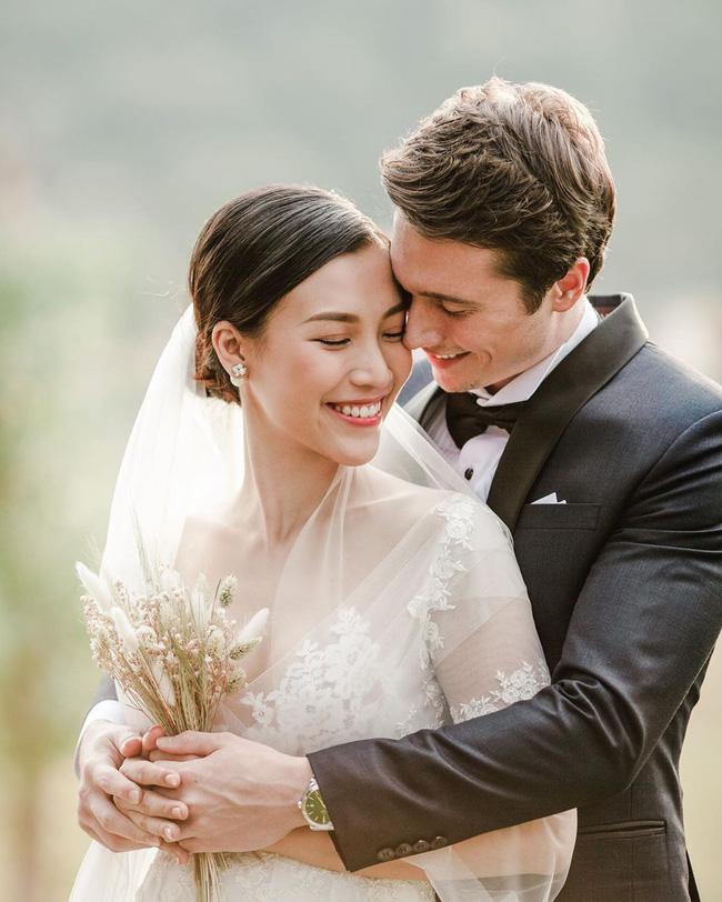 """Hoàng Oanh lại thả nhẹ"""" tấm hình cưới đầu tiên có sự xuất hiện của chú rể-2"""