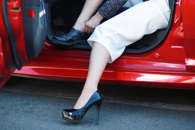 Từ vụ nữ tài xế Mercedes gây tai nạn kinh hoàng khiến 1 người chết: Chị em phụ nữ nói về gót giày tử thần khi lái xe-2
