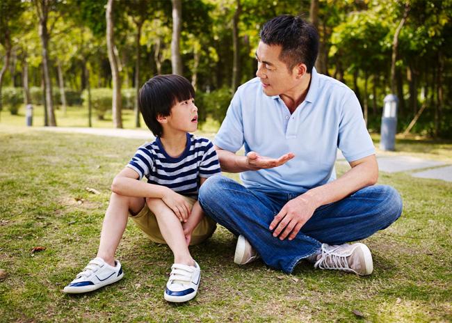 """Nhà mình có giàu không ạ?"""": Câu trả lời khác nhau của 2 ông bố khiến cuộc đời con cái rẽ theo 2 hướng trái ngược-1"""