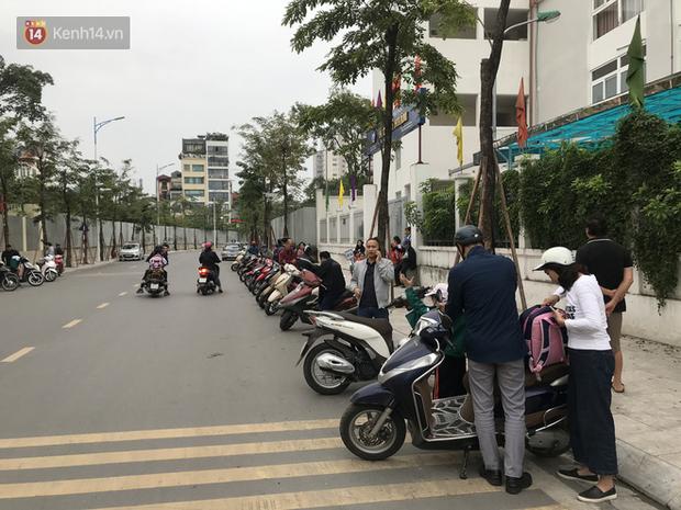 Không còn cảnh chen lấn xô đẩy, phụ huynh ở Hà Nội xếp hàng đón con một cách ngăn nắp đáng kinh ngạc-2