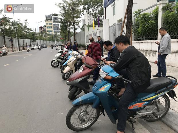 Không còn cảnh chen lấn xô đẩy, phụ huynh ở Hà Nội xếp hàng đón con một cách ngăn nắp đáng kinh ngạc-3
