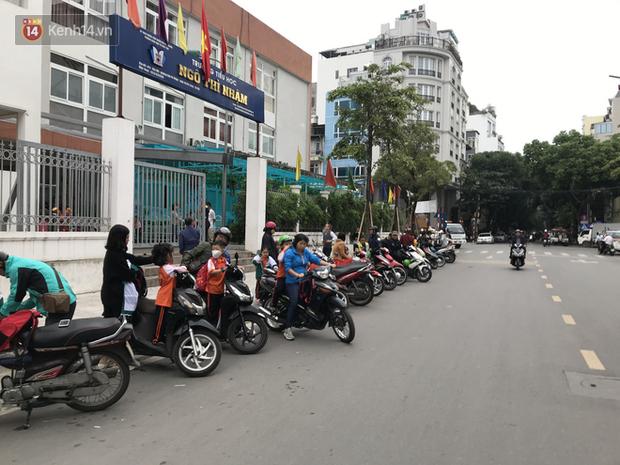 Không còn cảnh chen lấn xô đẩy, phụ huynh ở Hà Nội xếp hàng đón con một cách ngăn nắp đáng kinh ngạc-4