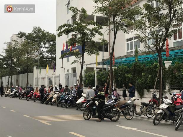 Không còn cảnh chen lấn xô đẩy, phụ huynh ở Hà Nội xếp hàng đón con một cách ngăn nắp đáng kinh ngạc-5