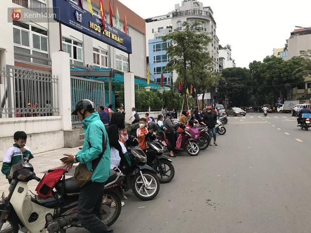 Không còn cảnh chen lấn xô đẩy, phụ huynh ở Hà Nội xếp hàng đón con một cách ngăn nắp đáng kinh ngạc-10