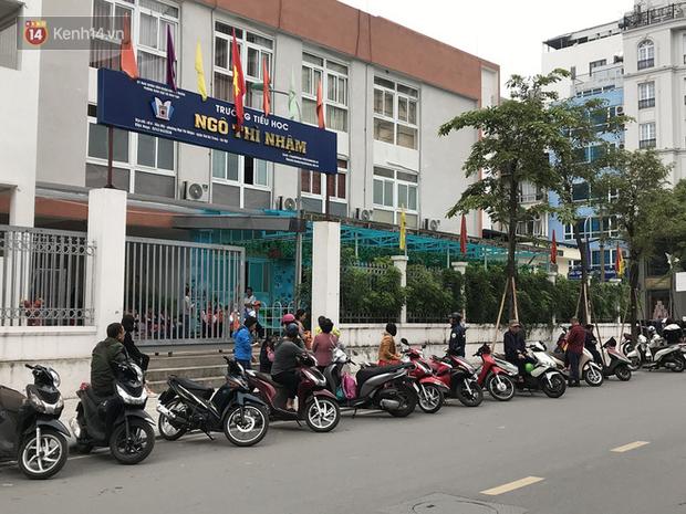 Không còn cảnh chen lấn xô đẩy, phụ huynh ở Hà Nội xếp hàng đón con một cách ngăn nắp đáng kinh ngạc-12