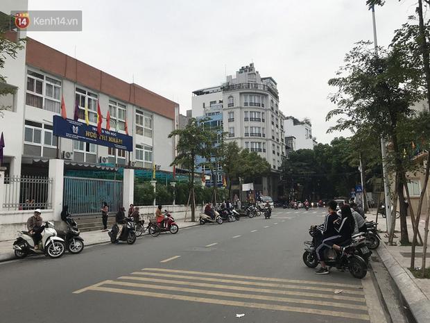 Không còn cảnh chen lấn xô đẩy, phụ huynh ở Hà Nội xếp hàng đón con một cách ngăn nắp đáng kinh ngạc-14