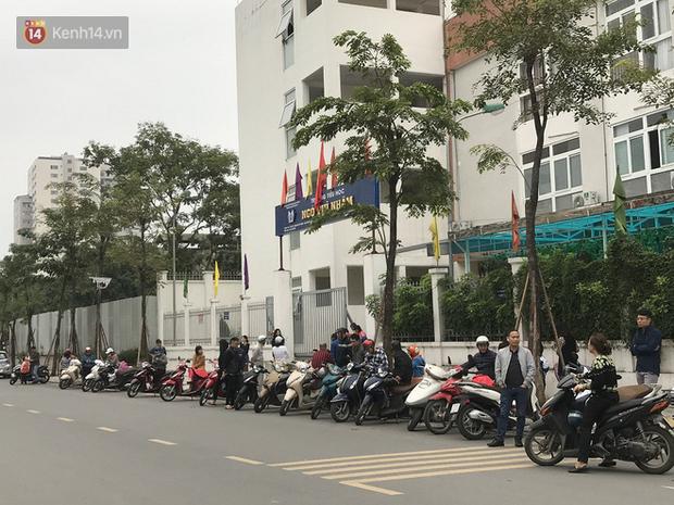 Không còn cảnh chen lấn xô đẩy, phụ huynh ở Hà Nội xếp hàng đón con một cách ngăn nắp đáng kinh ngạc-15