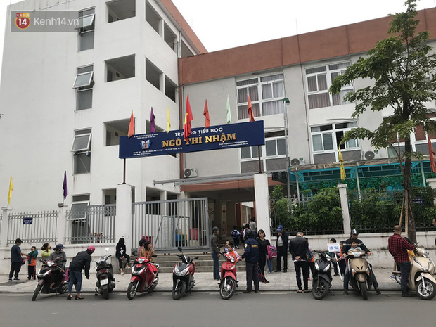 Không còn cảnh chen lấn xô đẩy, phụ huynh ở Hà Nội xếp hàng đón con một cách ngăn nắp đáng kinh ngạc-6