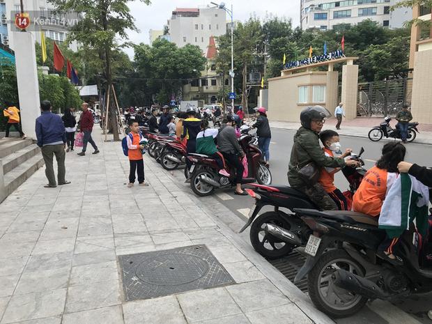 Không còn cảnh chen lấn xô đẩy, phụ huynh ở Hà Nội xếp hàng đón con một cách ngăn nắp đáng kinh ngạc-7