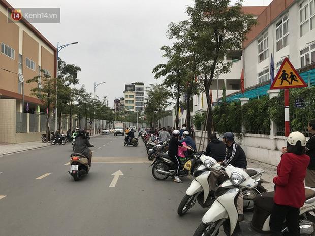 Không còn cảnh chen lấn xô đẩy, phụ huynh ở Hà Nội xếp hàng đón con một cách ngăn nắp đáng kinh ngạc-8