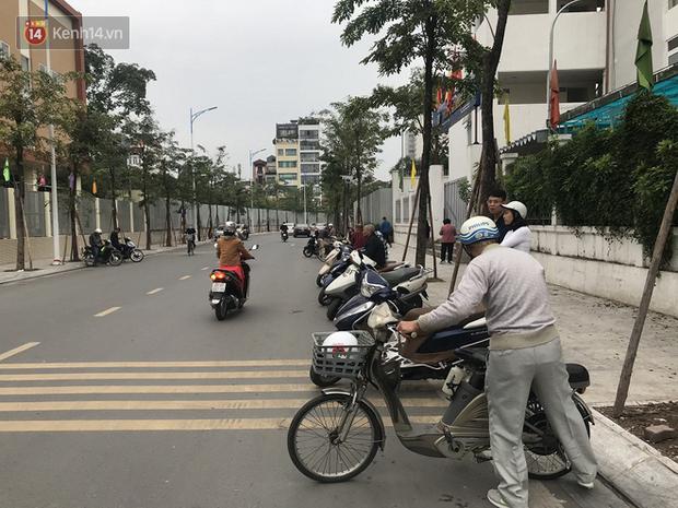 Không còn cảnh chen lấn xô đẩy, phụ huynh ở Hà Nội xếp hàng đón con một cách ngăn nắp đáng kinh ngạc-9