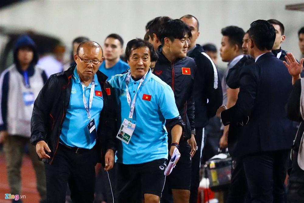 Phải đưa trợ lý tuyển Thái Lan lên FIFA xử nặng-5