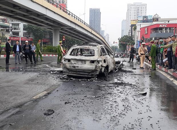 Tạm giữ hình sự nữ tài xế đi giày cao gót lái xe ô tô Mercedes gây tai nạn liên hoàn trên đường Lê Văn Lương-2
