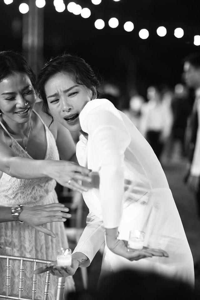 Những thước hình chưa từng hé lộ trong lễ cưới Đông Nhi - Ông Cao Thắng: Noo Phước Thịnh khóc như mưa, Hari Won bị dìm hàng-1