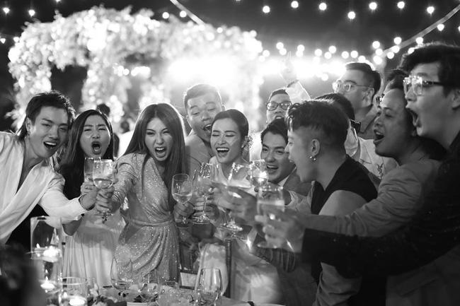 Những thước hình chưa từng hé lộ trong lễ cưới Đông Nhi - Ông Cao Thắng: Noo Phước Thịnh khóc như mưa, Hari Won bị dìm hàng-16