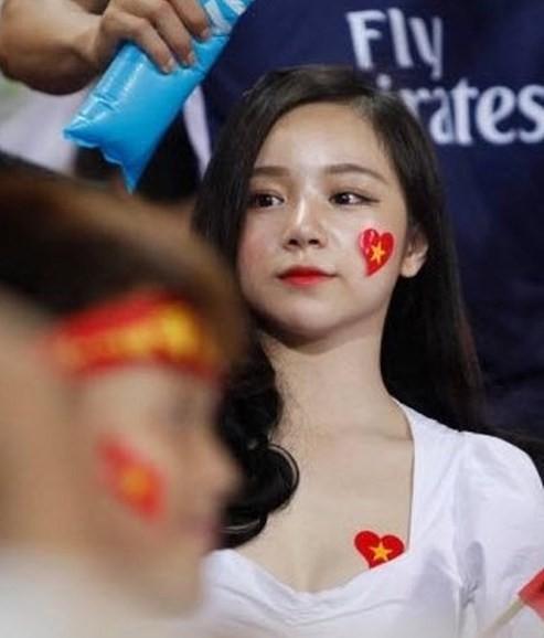 Nhã Tiên - từ hot girl ngủ gật đến cô gái chiêu trò, nghiện khoe thân-4