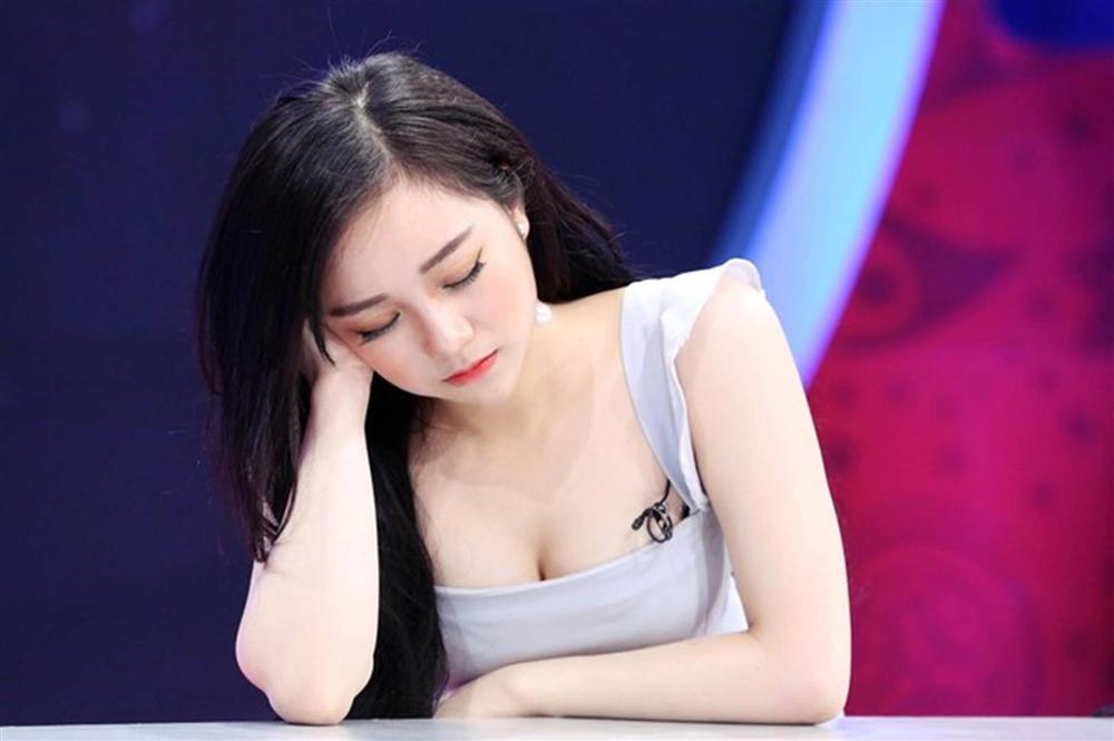 Nhã Tiên - từ hot girl ngủ gật đến cô gái chiêu trò, nghiện khoe thân-6