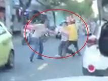 Va chạm giao thông, tài xế ôtô lấy gậy đòi hơn thua