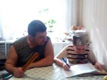 Kèm con học bài, bố cầm hẳn cái chày ngồi cạnh