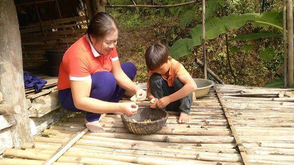 Bố mẹ bỏ rơi từ nhỏ, bà nội đi lấy chồng, bé 10 tuổi sống một mình giữa núi rừng-6