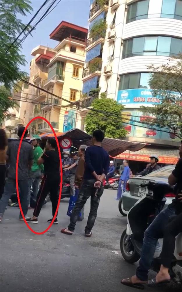 Người đàn ông bị thanh niên mặc áo Grab đâm trúng lưng khi can ẩu đả sau va chạm giao thông-2