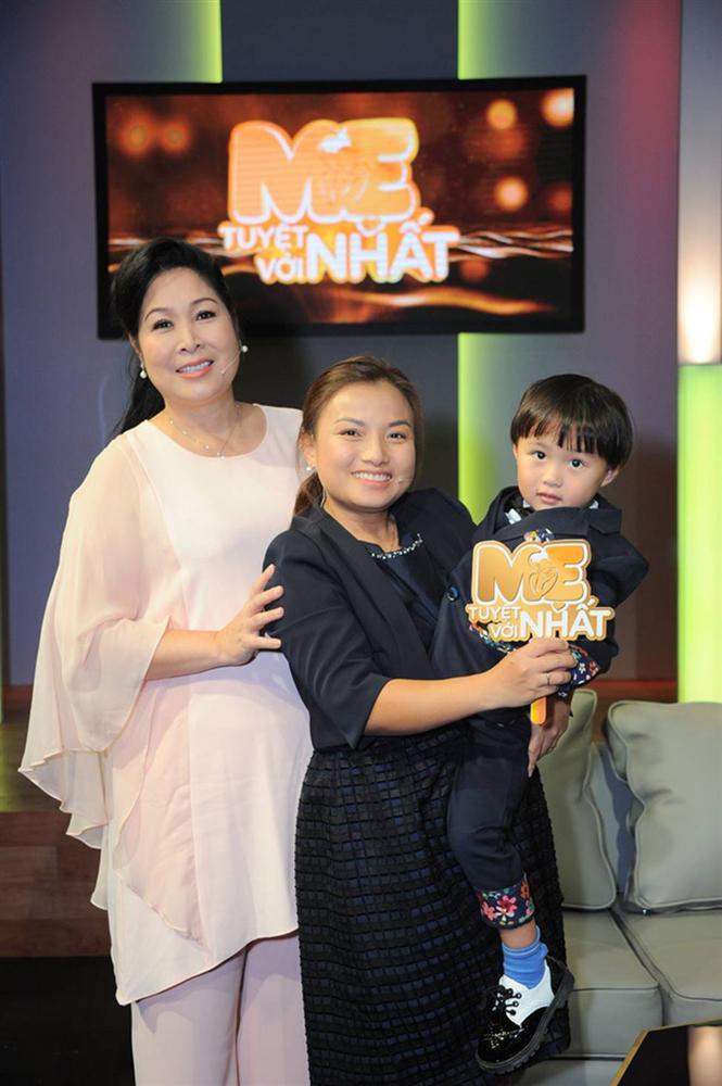 Hình ảnh chính thức của Quỳnh Trần JP và bé Sa trong talkshow do NSND Hồng Vân làm MC-2