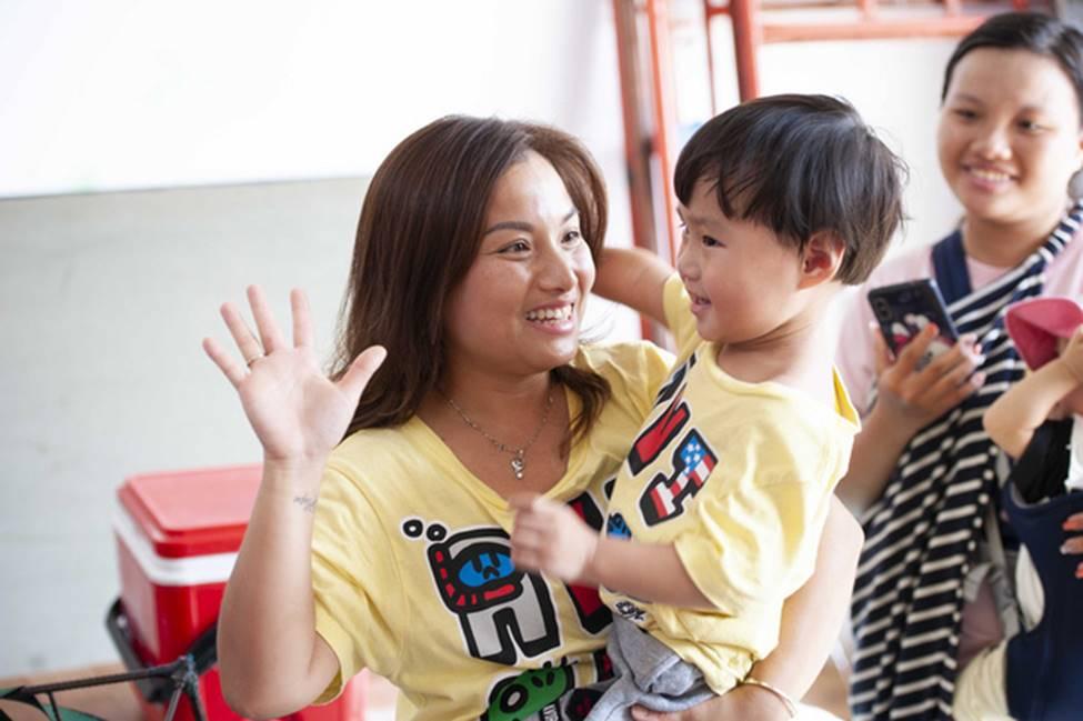 Hình ảnh chính thức của Quỳnh Trần JP và bé Sa trong talkshow do NSND Hồng Vân làm MC-11